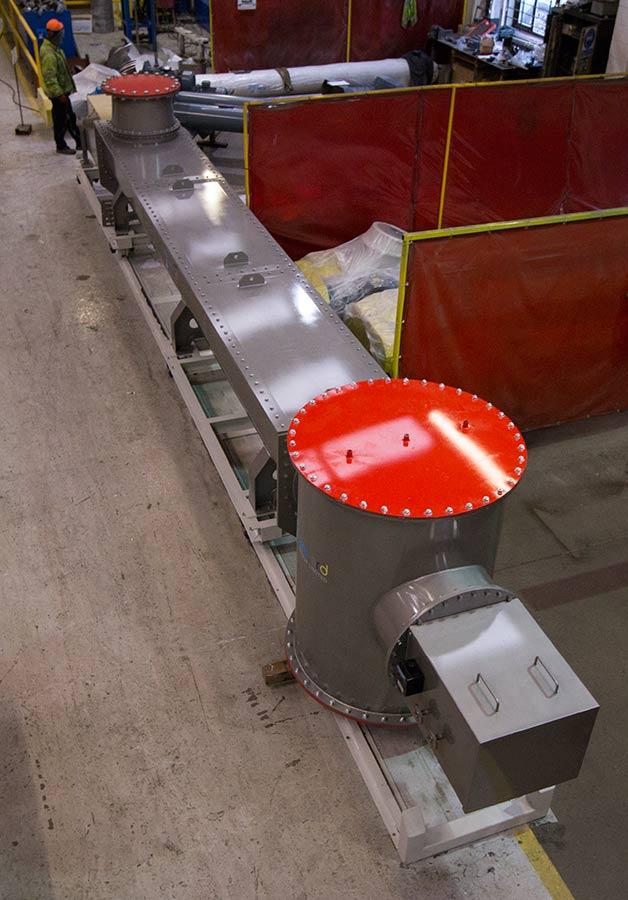 Railed screw conveyor