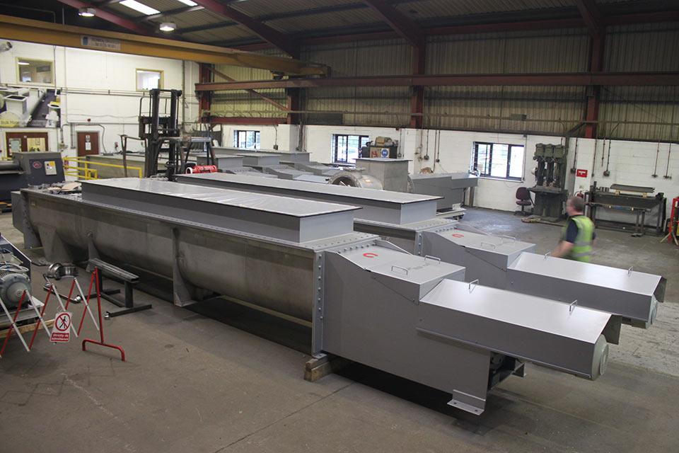 Trough feed screw conveyors
